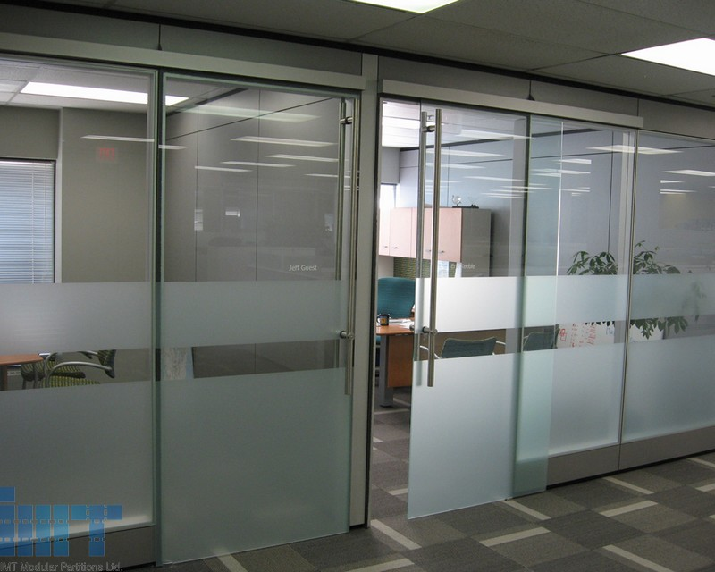 Frameless glass sliding doors for modular office partitions for Sliding door partition wall
